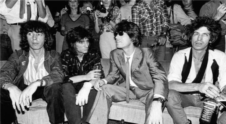 Fotografía de The Rolling Stones en la exposición 'Sympathy for the Stones', con Keith Richards (derecha) y su Jack Daniels. Centro Cultural Bancaja.