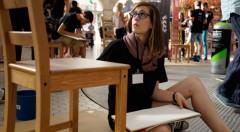 Uno de los diez jóvenes seleccionados en el concurso Visual Talent, durante la prueba de ilustración de sillas en el Mercado Central. Fotografía: Mario Marco.