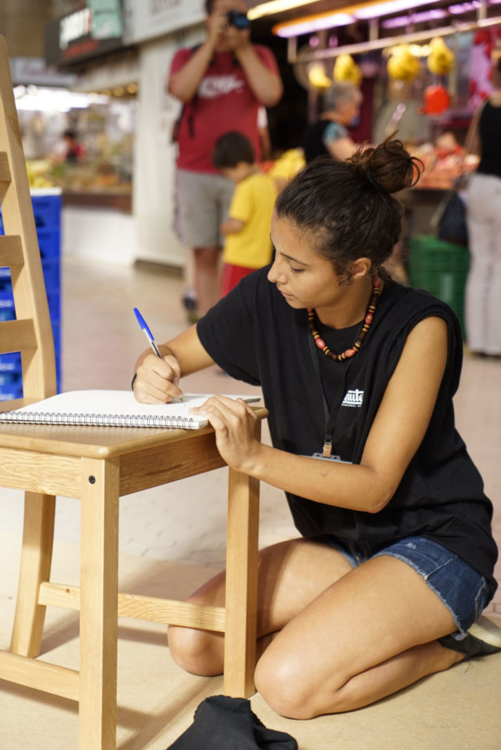 Una joven seleccionada en Visual Talent, durante la prueba de ilustración en el Mercado Central de Valencia. Fotografía: Mario Marco.