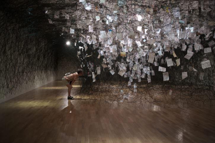 Chiharu Shiota. Letters of Thanks en el Museum of Art, Kochi, en Japón. Imagen cortesía EACC.