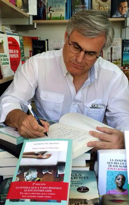 Alfredo Escardino firmando ejemplares de su primera novela 'Una erasmus en Bruselas'. Imagen cortesía del autor.