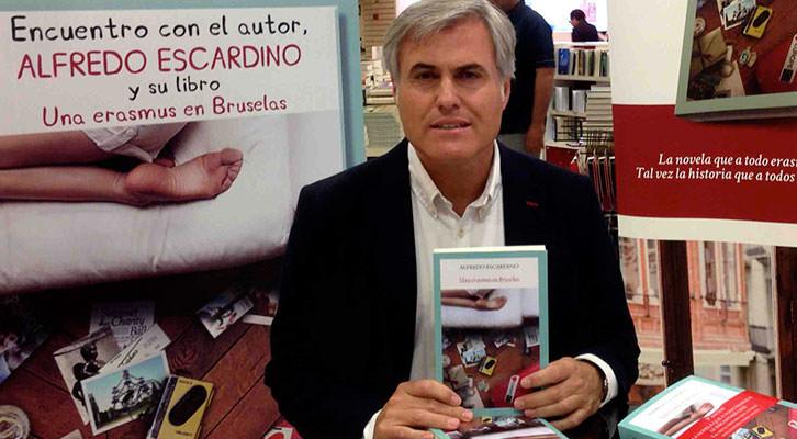 Alfredo Escardino con su libro. Imagen cortesía del autor.