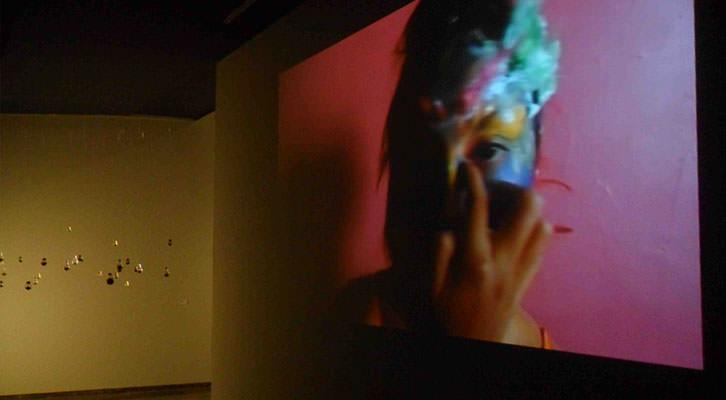 Audiovisual de Odette Fajardo y, al fondo, instalación de Marco Ranieri en la exposición PAM! del Centro del Carmen.