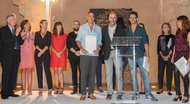 José Gandía Blasco, en el centro, tras entregar los premios patrocinados por Gandía Blasco, junto a los galardonados Sean Mackaoui, de Set Espai d'Art, y Nelo Vinuesa, de Espai Tactel. Foto: Nacho López Ortíz.