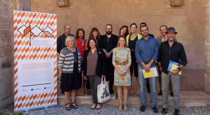 Miembros de la organización de Abierto Valencia, junto a la secretaria autonómica de Cultura, Julia Climent (en el centro), y los patrocinadores del evento.