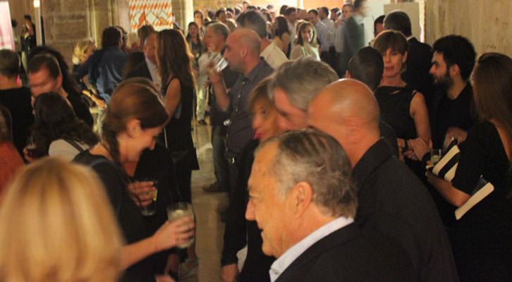 Ambiente durante la noche de entrega de premios de Abierto Valencia en el claustro gótico del Centro del Carmen. Imagen cortesía de la organización.
