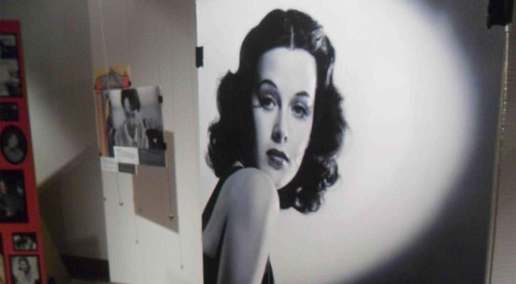 Hedy Lamarr, que además de actriz fue ingeniera, en la exposición 'Trencant barreres. Dones i ciències' que acoge el Palau de Cerveró de la Universitat de València.