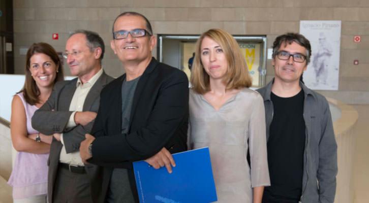 José Miguel García Cortés, director del IVAM (en el centro), con parte de su equipo: de izquierda a derecha, Raquel Gutiérrez, Joan Llinares, Ana Moure y Álvaro de los Ángeles. Imagen cortesía del IVAM.