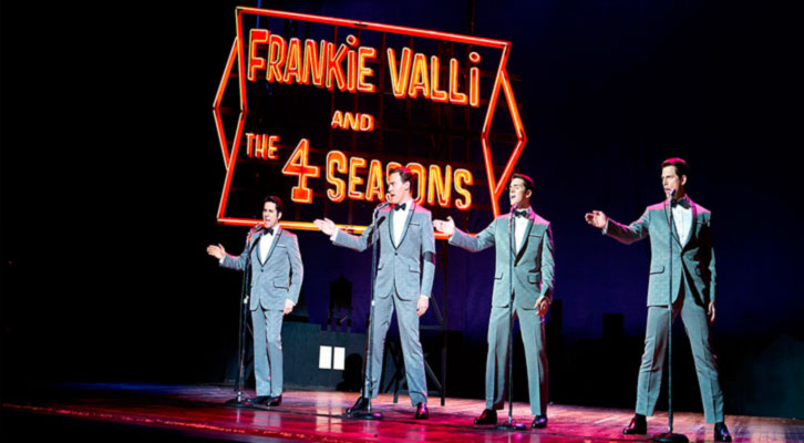 Fotograma de 'Jersey Boys, de Clint Eastwood, con el grupo The Four Seasons en plena actuación.
