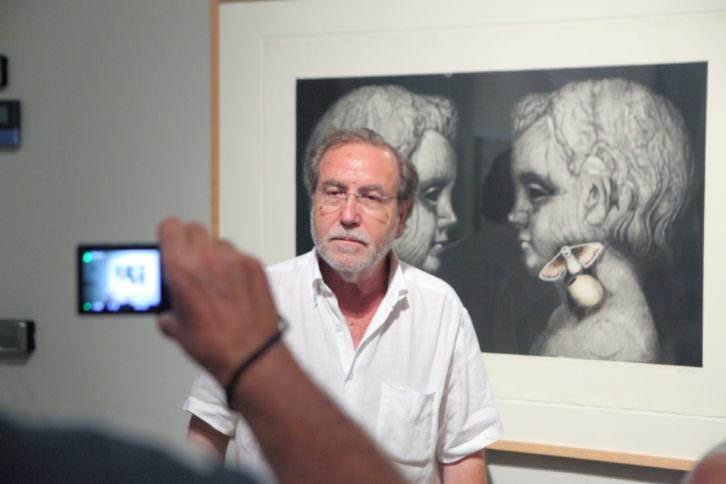 Manuel Boix, delante de su obra 'Cicle de Maig', en la exposición Solidària' de La Nau de la Universitat de València. Fotografía: Eduardo Alapont.
