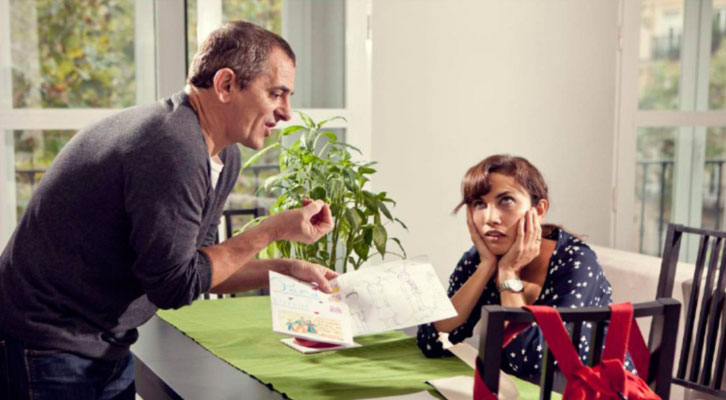 Iñaki Miramón y Toni Acosta en una escena de 'De mutuo desacuerdo', dirigido por Quino Falero. Imagen cortesía de Teatre Talia.