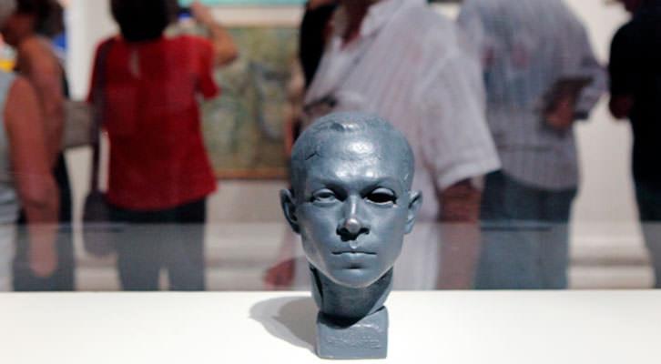 'A Miguel Hernández', obra de Joan Castejón, en la exposición 'Solidària' de La Nau. Imagen cortesía de La Nau de la Universitat de València.