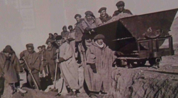 Fotografía de la exposición 'Stanbrook, 1939', en la que se pueden ver las condiciones de los exiliados republicanos en los campos de trabajos forzados de Argelia. Imagen cortesía de La Nau de la Universitat de València.