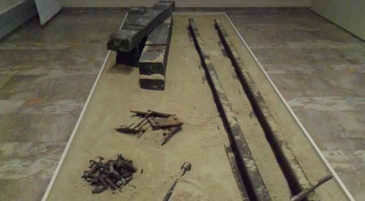 Instalación imitativa de las traviesas de tren en las que trabajaron los exiliados republicanos para la construcción del Transahariano, en la exposición 'Stanbrook, 1939' de La Nau de la Universitat de València.
