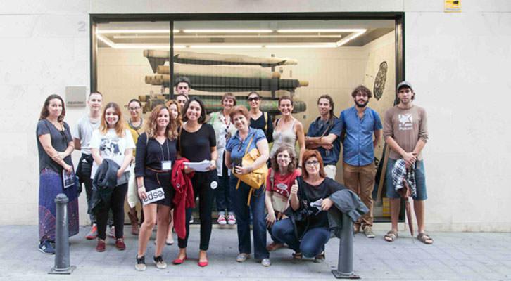 Participantes en una de las rutas de ARCO Gallery Walk de Abierto Valencia, frente a la galería Espai Visor. Foto: Nacho López Ortíz