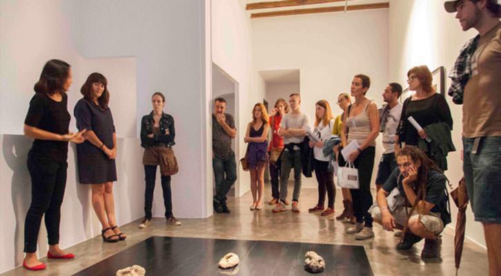 Isabel Puig, de AVALEM, ofreciendo explicaciones a los participantes de una de las rutas de ARCO Gallery Walk de Abierto Valencia, en la galería Rosa Santos. Foto: Nacho López Ortíz.