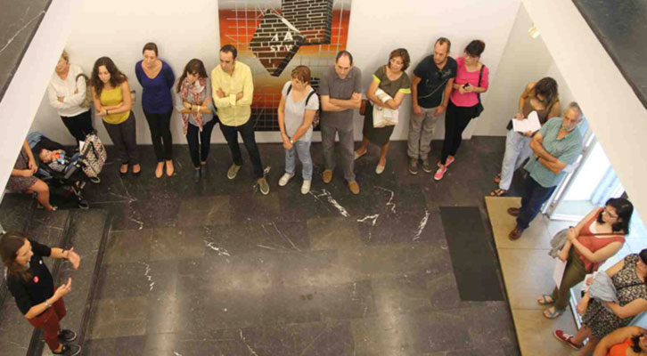 Participantes en una de las rutas de ARCO Gallery Walk de Abierto Valencia, en la galería Luis Adelantado. Foto: Nacho López Ortíz.