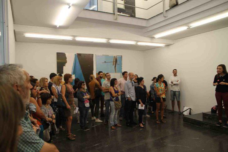 Isabel Puig, de AVALEM, dando explicaciones en una de las rutas de ARCO Gallery Walk, en la galería Luis Adelantado. Foto: Nacho López Ortíz.