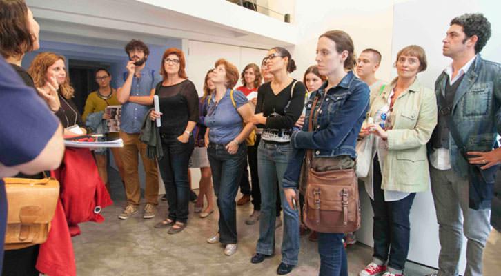 Participantes en una de las rutas de ARCO Gallery Walk de Abierto Valencia, escuchando las explicaciones de Isabel Puig, de AVALEM. Foto: Nacho López Ortíz.