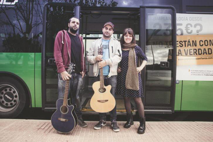 Uno de los grupos participantes del 'feCStival on the Road', ciclo de acústicos en autobuses urbanos de Castellón. Imagen cortesía de FeCStival.