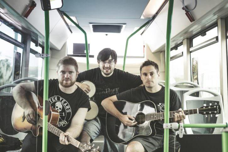 Uno de los grupos participantes en 'feCStival on the Road', evento pionero de conciertos acústicos en autobuses urbanos de Castellón. Imagen cortesía de FeCStival.