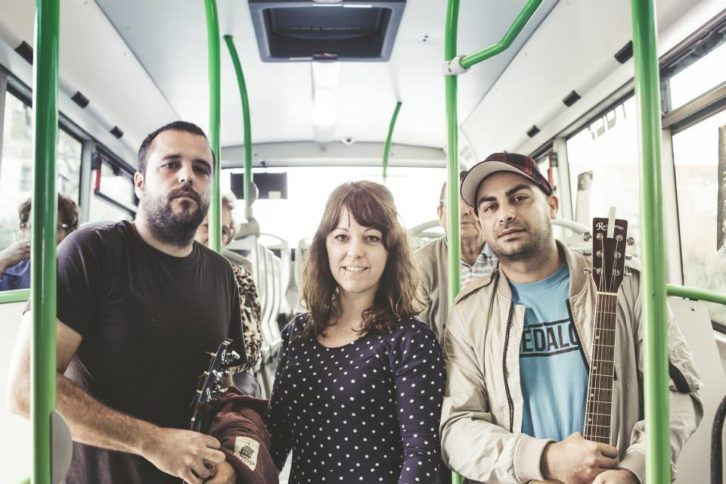Uno de los grupos participantes del FeCStival on the Road, evento pionero de acústicos en autobuses urbanos de Castellón. Imagen cortesía de FeCStival.