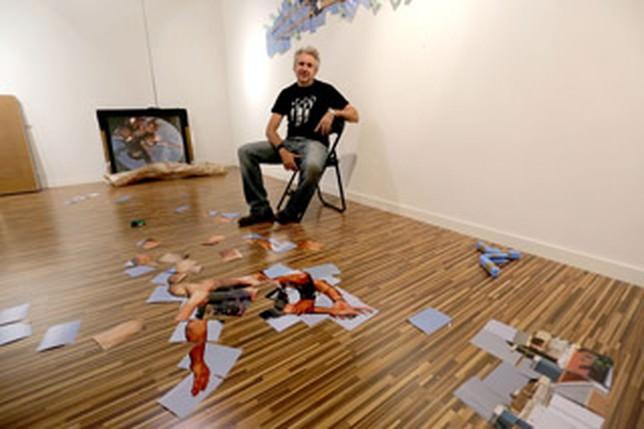 Isidro López-Aparicio. Twisting Reality. Proceso de montaje en la Galería La Lisa, Albacete. Cortesía del artista.