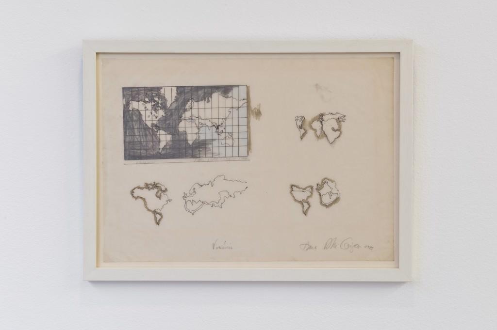 """Obra de Anna Bella Geiger para la exposición """"Cartografías"""". Foto por Roberto Ruiz. Imagen cortesía de Galería NoguerasBlanchard."""