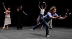 Escena de 'The show must go on' de Jerome Bel, que se reestrena en el Festival 10 de Sentidos. imagen cortesía del festival.