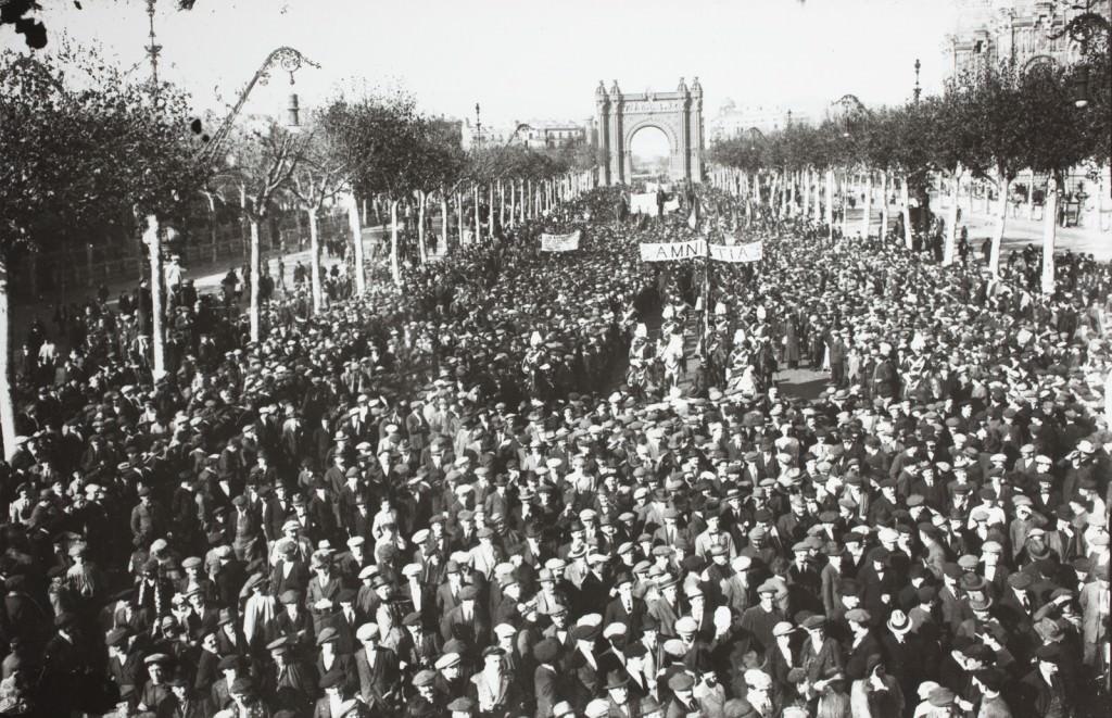 Manifestación a favor de la amnistía para los presos detenidos en la huelga, obra de Josep María de Sagarra, en la exposición Barcelona, zona neutral (1914-1918). Imagen cortesía de la Fundación Joan Miró.