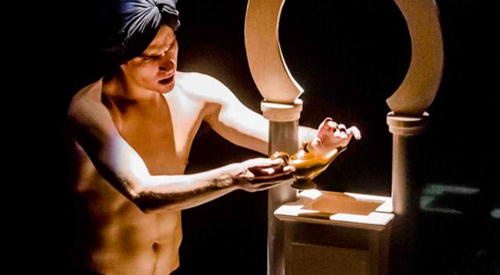 Escena de 'Les 1001 Nits', de Vicent Vila, en el Escalante. Imagen cortesía de Escalante Centre Teatral.
