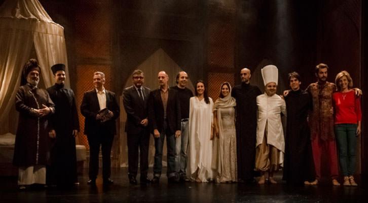Actores y responsables institucionales, tras uno de los ensayos de 'Les 1001 Nits' ante los medios de comunicación. Imagen cortesía del Escalante.