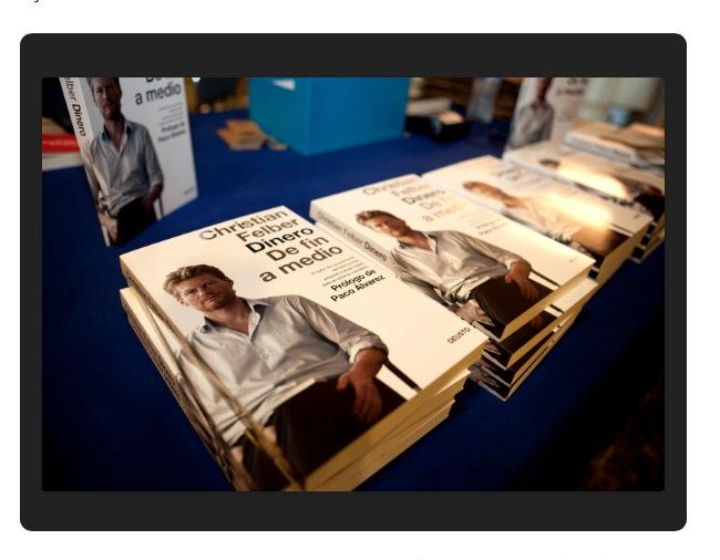 Ejemplares del último libro de Christian Felber 'Dinero. De fin a medio'. Imagen extraída de la web Club de Encuentro Manuel Broseta.