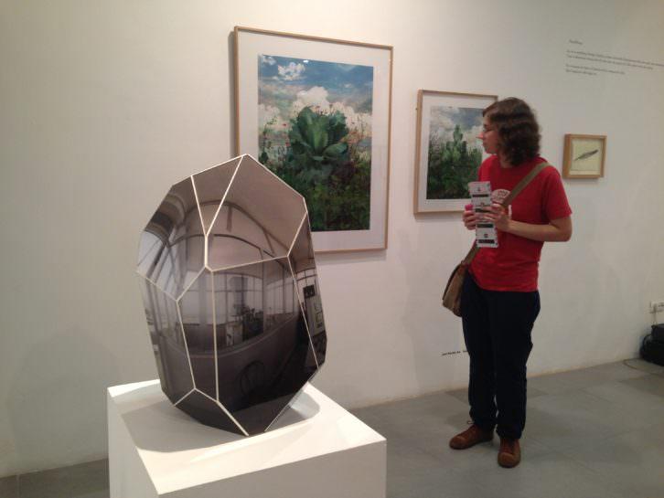Elementos expositivos y visitante de la galería Mr. Pink. Imagen de Merche Medina.
