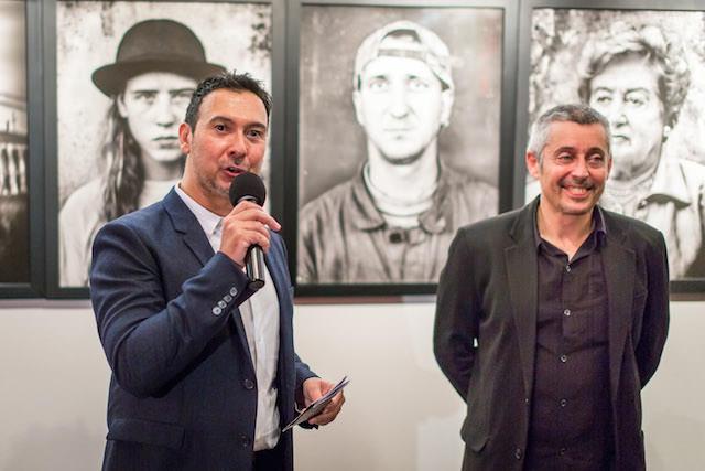 Ricky Dávila (derecha) durante la inauguración de su exposición 'Ibérica', en 12 Star Gallery. Imagen cortesía del autor.