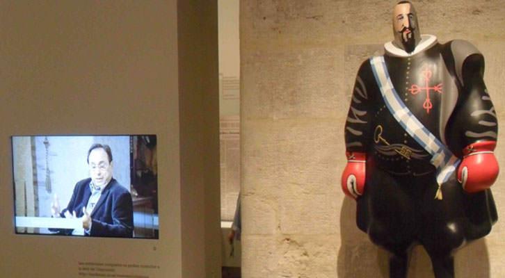 Obra del Equipo Crónica junto a uno de los videos de la exposición 'Mestres de ciutadania', en La Nau de la Universitat de València.