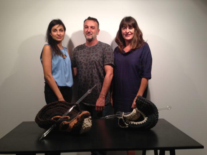 Johanna Caplliure -asistente de la galería-, el artista Alex Francés y la galerista Rosa Santos. Imagen de Merche Medina.