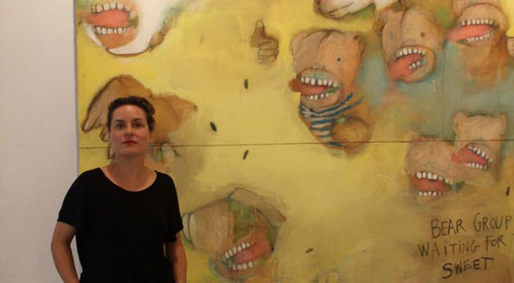 Ana Vernia, al lado de una de sus obras en la exposición 'Después del chocolate' de la Galería Cuatro.