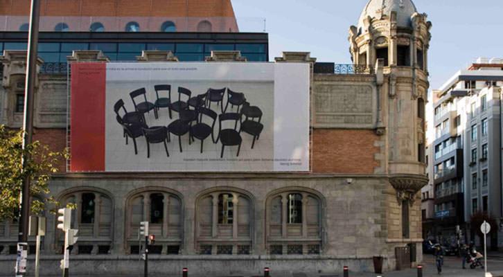 Imagen de la exposición 'El Contrato', de Bulegoa zenbaki barik, en la fachada de Alhóndiga Bilbao. Fotografía: Jaime Gartzia.