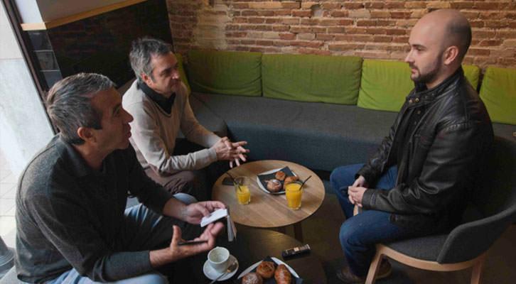 De izquierda a derecha, Salva Torres, Vicente Chambó y Miguel Ángel Font, durante los Desayunos Makma de Lotelito. Foto: Fernando Ruiz.