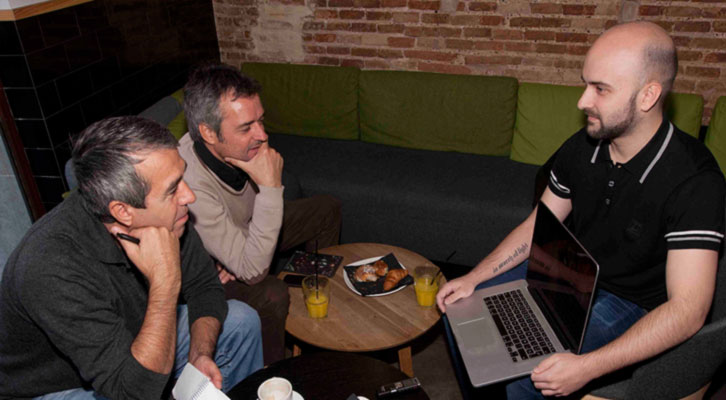 De izquierda a derecha, Salva Torres, Vicente Chambó y Miguel Ángel Font, momento en que  el realizador muestra uno de sus últimos proyectos en los Desayunos Makma de Lotelito. Foto: Fernando Ruiz.