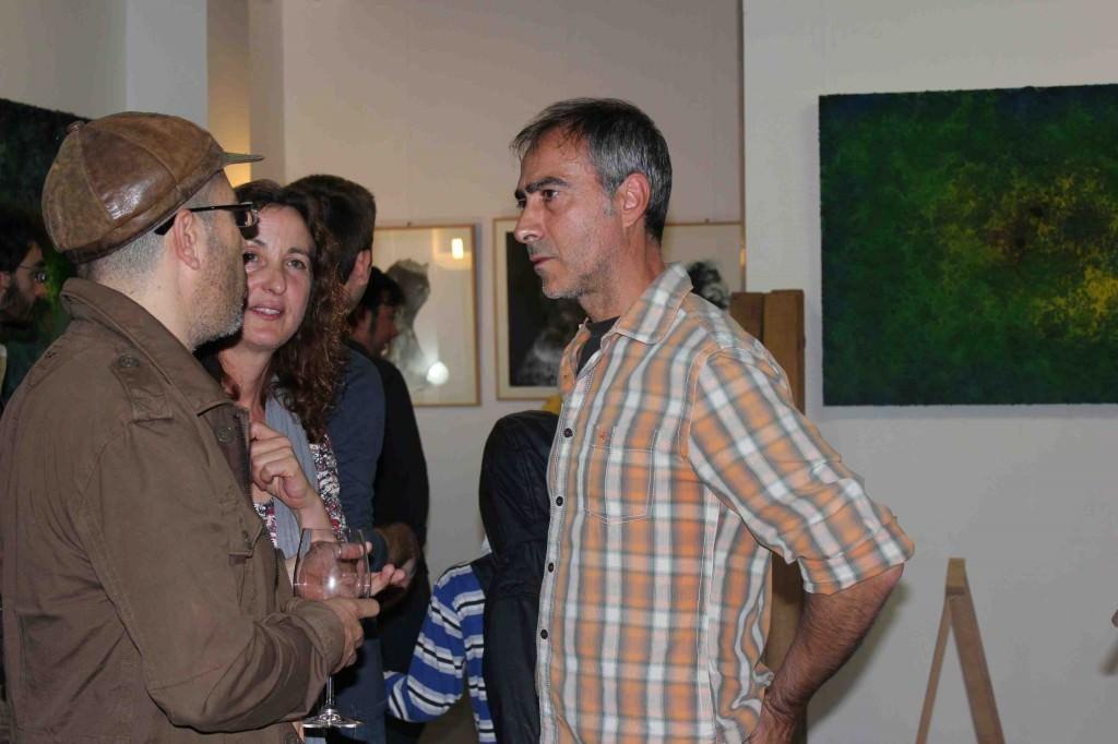 El artista Iñaki Torres (camisa a cuadros) charla con algunos de los asistentes a su exposición en Espacio 40.