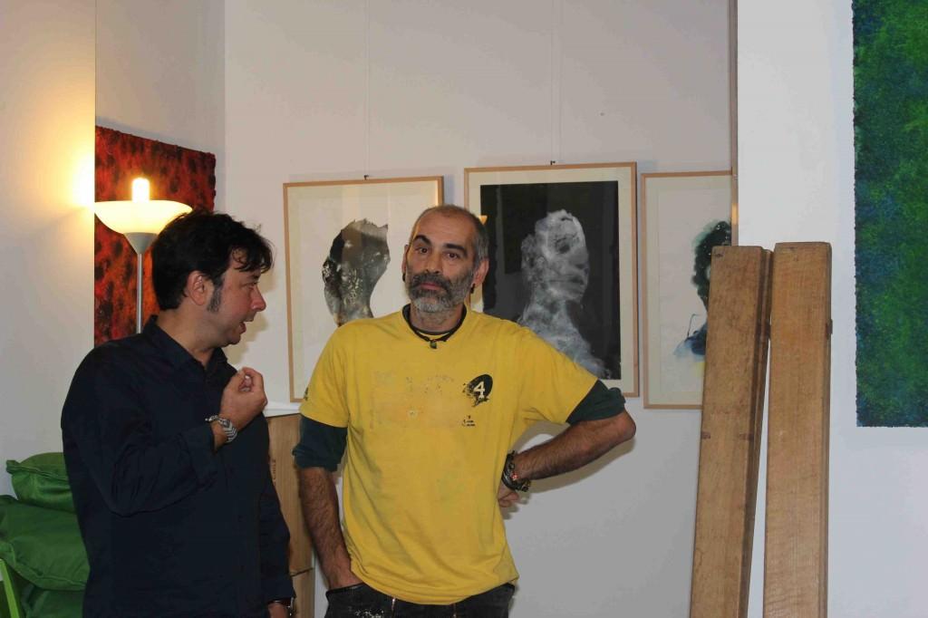 El artista Rafa de Corral (izda) charla con Anibal Campo, de Txalaparta Un Rayo, durante la inauguración de la exposición de Iñaki Torres en Espacio 40. Imagen cortesía de la galería.