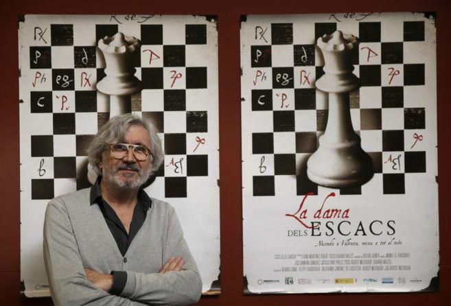 Agustí Mezquida junto a la imagen de su libro. Cortesía del autor.