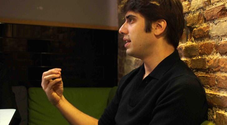 Carlos Madrid, director de La Cabina, en un momento de la entrevista en los Desayunos Makma de Lotelito. Fotografía: Gala Font de Mora.