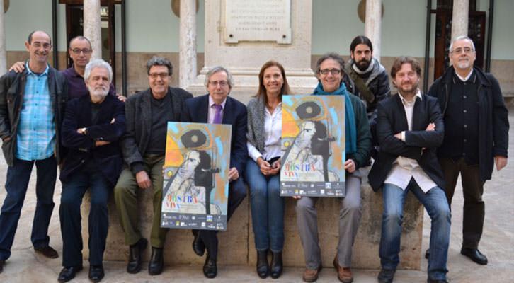 Algunos de los responsables de Mostra Viva, entre ellos, Antonio Ariño, vicerrector de Cultura (en el centro con corbata), Vicent Tamarit ( a su derecha), Amparo Carbonell (a su izquierda), Vicent Cortés (con un cartel), y a los extremos, Santo Juan y Vicent Gregori (izad) y Antonio Llorens (dcha).