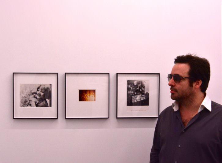 """Nicolas Lublin frente al tríptico """"Mon fils"""" (1968). Registro-acción en el Musée d'Art moderne de la Ville de París, del que es protagonista junto con su progenitora."""