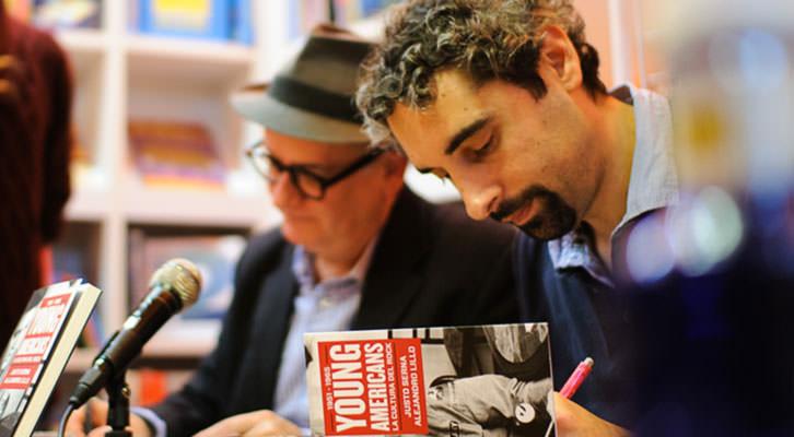 Justo Serna y Alejandro Lillo firmando ejemplares de su libro. Fotografía: Gonzalo Moreno.