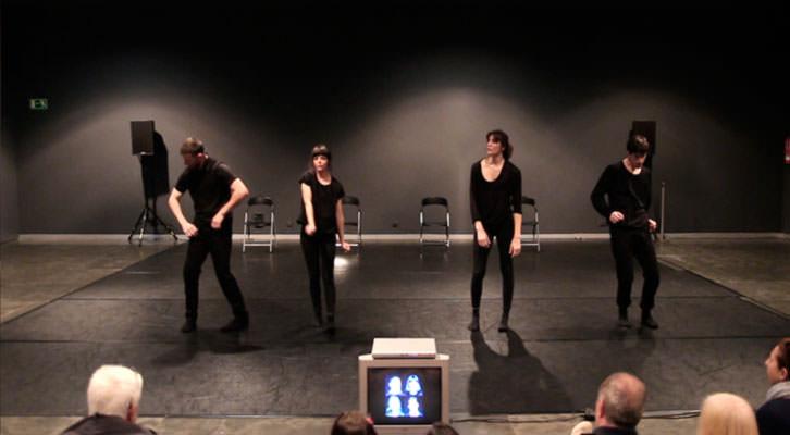 Taiat Dansa en un momento de la pieza que presentan en el Museo Guggenheim. Imagen cortesía de Taiat Dansa.