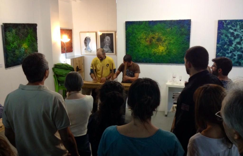 Público asistente a la exposición de Iñaki Torres en Espacio 40, durante la actuación de txalaparta. Imagen cortesía de la galería.